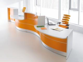 Empfangstheke mdd VALDE - bogenförmig mit Sitztheken in Weiß mit orangefarbener Front.